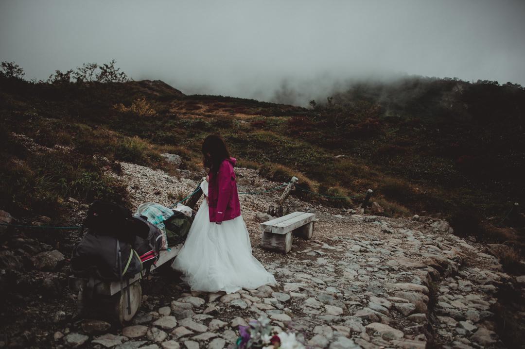 エロープメントウェディング・・・1人で着られるタイプのウェディングドレスでしたので、問題ありませんでした。足元は登山靴のままでしたので、ドレスのままいくつかの場所に移動して撮影することができました。