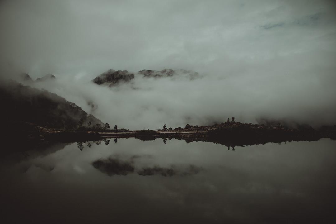 八方池周辺の神秘的な雰囲気。唐松岳、長野県。エロープメントウェディング。