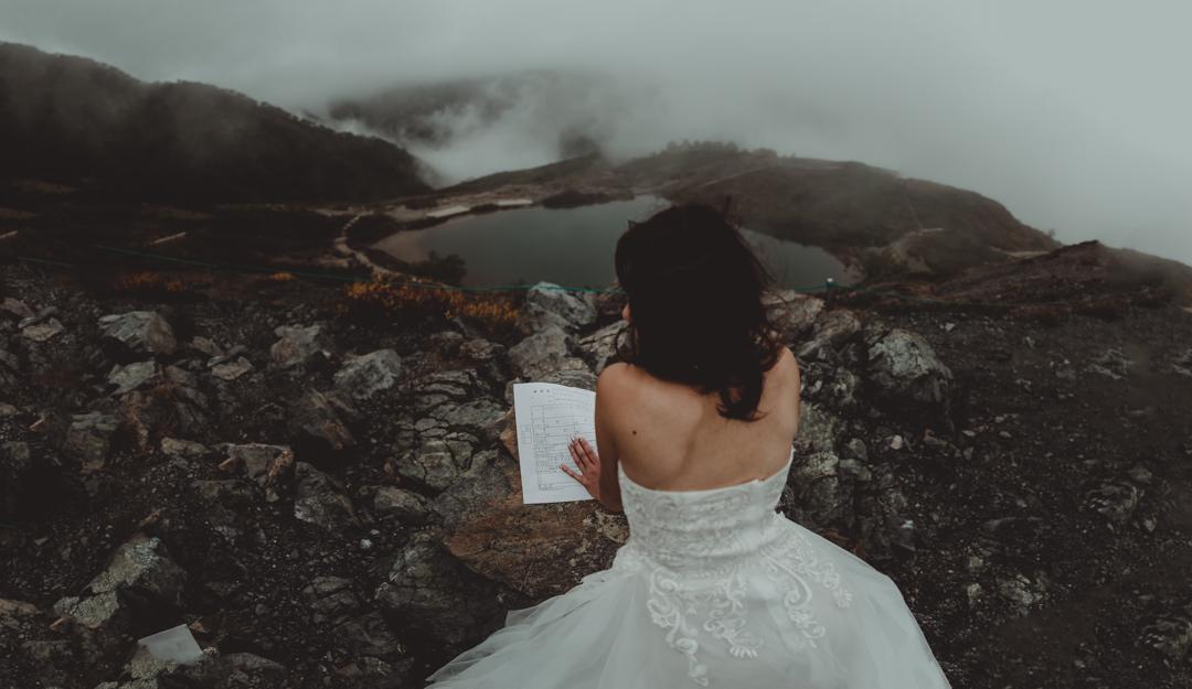 エロープメントウェディング・・・2人だけのウェディングであるエロープメントで婚姻届けを書くことはウェディングの本質を捉えており、新郎新婦にとってより思い出深い体験になるのでは、と感じたのです。